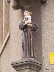 Kip sv. Ante na pročelju župnog ureda