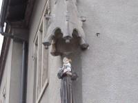 Kip sv. Ante na pročelju župne kuće